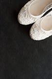 Härlig vit snör åt brud- skor Arkivbilder