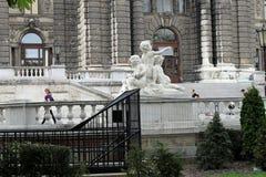 Härlig vit staty av ungar i Wien Arkivbild