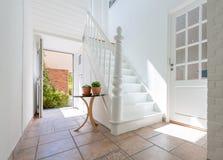 Härlig vit trappa Fotografering för Bildbyråer