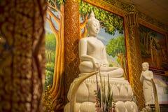 Härlig vit vaggar Buddhastatyn Arkivbild