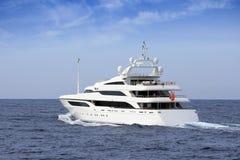 Härlig vit yachtsegling i öppet vatten royaltyfri bild