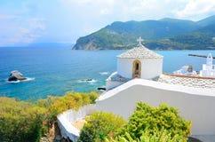 Härlig vitkyrka ovanför Chora på den Skopelos ön, Grekland Royaltyfri Bild