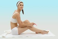Härlig vuxen caucasian kvinna som rakar ben med rakkniven Arkivfoton