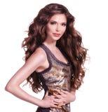 Härlig vuxen kvinna med långt brunt lockigt hår. Arkivfoton