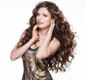 Härlig vuxen kvinna med långt brunt lockigt hår. arkivfoto