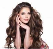 Härlig vuxen kvinna med långt brunt lockigt hår. royaltyfria bilder