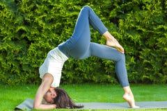 Härlig vuxen kvinna som gör yoga arkivbilder