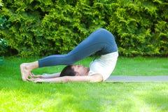 Härlig vuxen kvinna som gör yoga royaltyfri fotografi