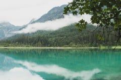 Härlig waterscape på sjön Jagersee på ett dimmigt sommersday Arkivbild