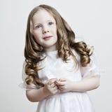 härlig white för klänningflickastående Arkivfoto