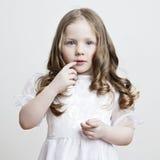 härlig white för klänningflickastående Royaltyfria Bilder