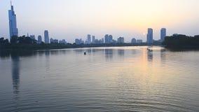 Härlig Xuanwu sjö i Nanjing, kryssningar, solnedgångar, stads- arkitektur och reflexioner, brisen som blåser sjön som mousserar lager videofilmer