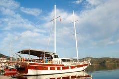 Härlig yacht i fjärden royaltyfri foto