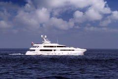 Härlig yachtsegling i medelhavet arkivfoton