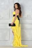 härlig yellow för klänningaftonkvinna royaltyfri fotografi