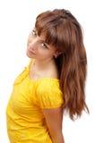 härlig yellow för klänningflickastående Arkivbilder