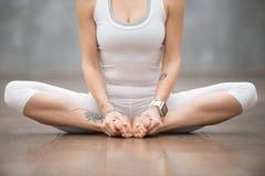 Härlig yoga: fjärilen poserar Royaltyfri Fotografi