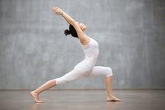 Härlig yoga: Krigare en poserar Royaltyfri Bild