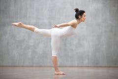 Härlig yoga: Virabhadrasana tre poserar Fotografering för Bildbyråer