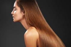 Härlig yong kvinna med långt raksträckabrunthår Sexig modemodell med den släta glansfrisyren Keratine behandling Arkivbild