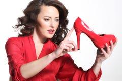 Härlig flicka i en röd klänning fotografering för bildbyråer