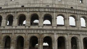 Härlig yttersida av Colosseum, antikvitet fördärvar av amfiteatern, berömd gränsmärke stock video