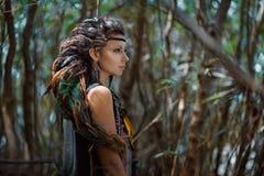 Härlig zigensk flicka med lock av dreadlocks utomhus royaltyfri fotografi