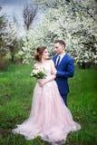 Härliga älska par i bröllopsklänningar arkivfoton