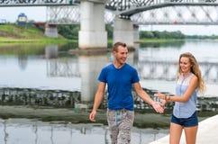 Härliga älska par som utomhus går vid floden Royaltyfri Fotografi