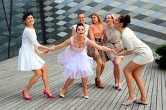 Härliga älskvärda flickor som dansar i den Vilnius staden Royaltyfri Bild