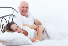 Härliga åldringpar i säng Royaltyfri Bild