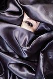 Härliga ögon i satäng arkivfoto