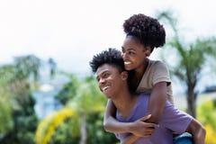 Härliga afrikansk amerikanförälskelsepar arkivfoto