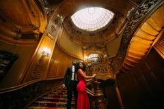 Härliga afrikanska par som poserar på tappningtrappan Lyxig teaterinrebakgrund Arkivbilder