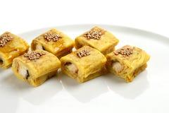 Härliga aptitretande rullar av sushi på en vit platta Royaltyfri Foto