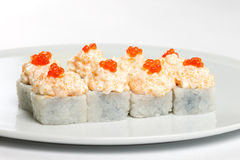 Härliga aptitretande rullar av sushi på en vit platta Fotografering för Bildbyråer