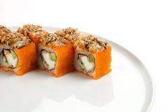 Härliga aptitretande rullar av sushi på en vit platta Royaltyfri Bild