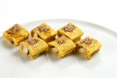 Härliga aptitretande rullar av sushi på en vit platta Royaltyfria Foton