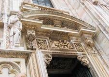 Härliga arkitektoniska detaljer, basreliefer och skulpturer av ingången till Milan Cathedral Duomo di Milano italy royaltyfri foto