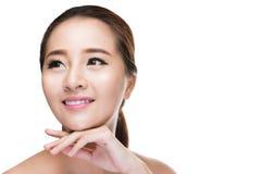 Härliga asiatiska den rörande skönhetkvinnan gör perfekt hud Royaltyfri Fotografi
