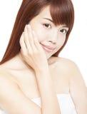 härliga asiatiska kvinna framsida med handen Royaltyfria Bilder