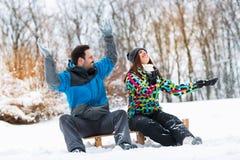 Härliga attraktiva par tycker om i vinter på montain Arkivbilder