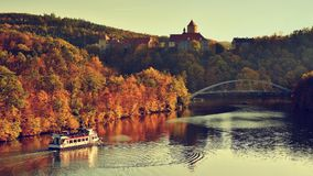 Härliga Autumn Landscape med den Veveri slotten Naturligt färgrikt landskap med solnedgång Brno fördämning-tjeck Republik-Europa arkivfoto