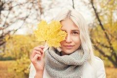 Härliga Autumn Woman med gula Autumn Leaves Arkivbilder