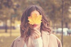 Härliga Autumn Woman med Autumn Leaves Arkivbild