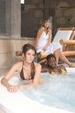 härliga avslappnande brunnsortkvinnor Royaltyfri Fotografi