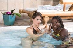 härliga avslappnande brunnsortkvinnor Royaltyfria Foton