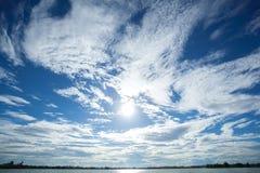härliga bakgrunder för blå himmel Arkivfoto