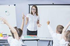 Härliga barn är studenter tillsammans i ett klassrum i schoo
