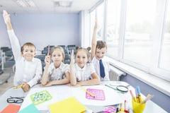 Härliga barn är studenter tillsammans i ett klassrum på set Royaltyfria Bilder